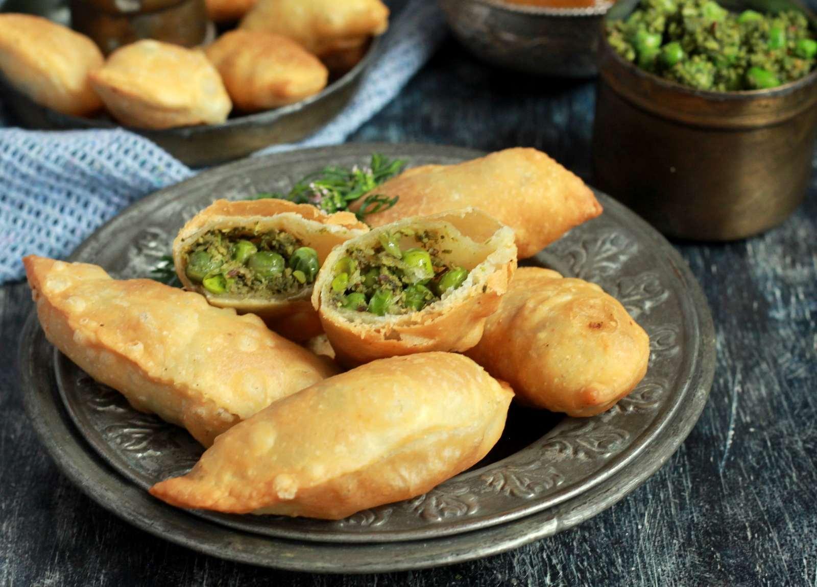 Matar karanji gujiya recipe maharashtrian deep fried savoury matar karanji gujiya recipe maharashtrian deep fried savoury pastry forumfinder Images