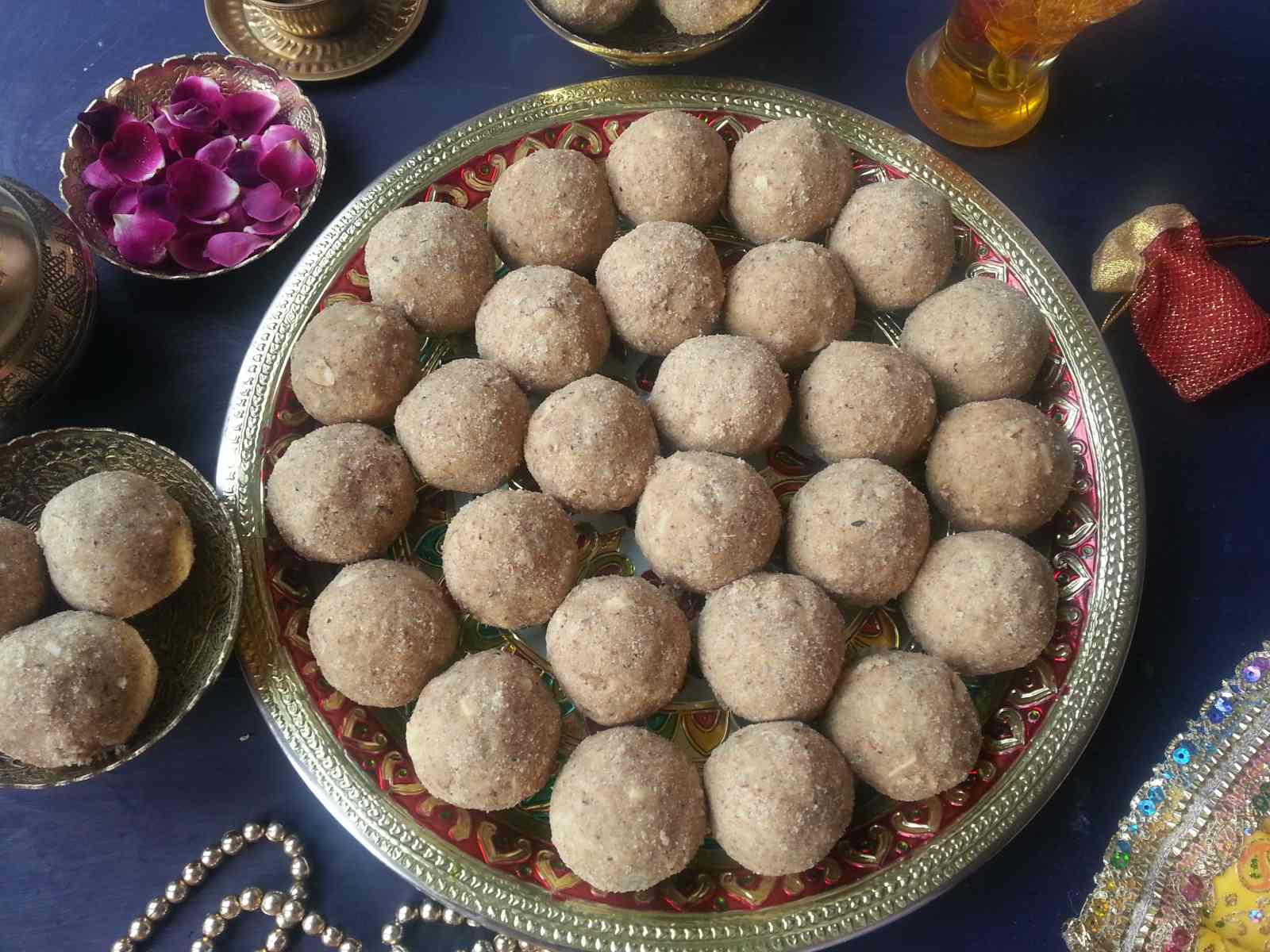 Maharashtrian dinkache ladoo recipe whole wheat flour truffles with maharashtrian dinkache ladoo recipe whole wheat flour truffles with edible gum dry fruits forumfinder