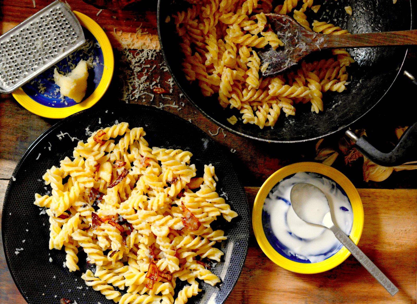 Receita de macarrão com cebola caramelizada e alho assado da Archana's Kitchen