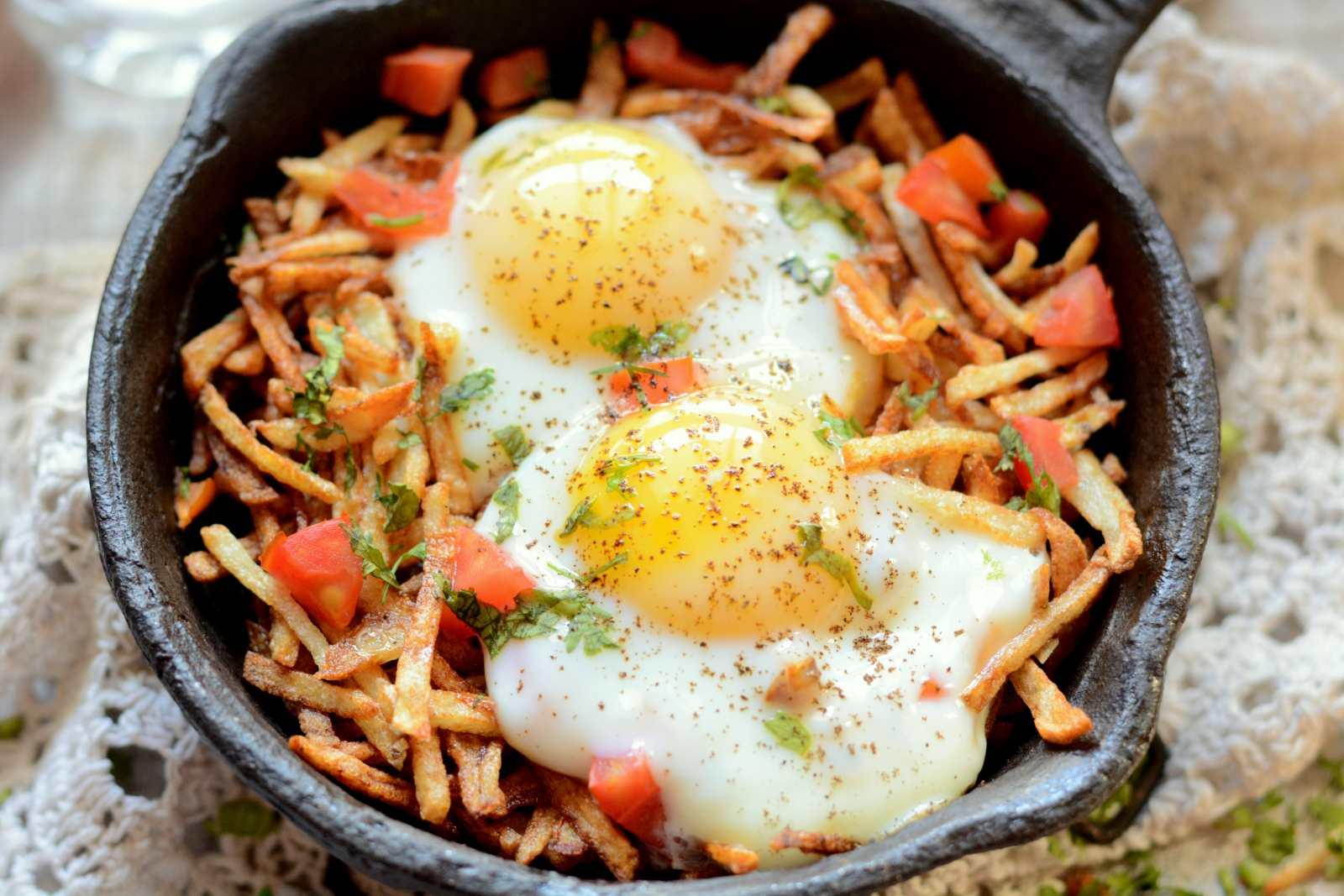 Sali Par Eedu Recipe – Parsi Breakfast Eggs On Fried Potato