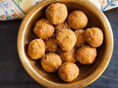 Karnatak Style Hurigadale Tambittu Recipe - Gram Flour Ladoo