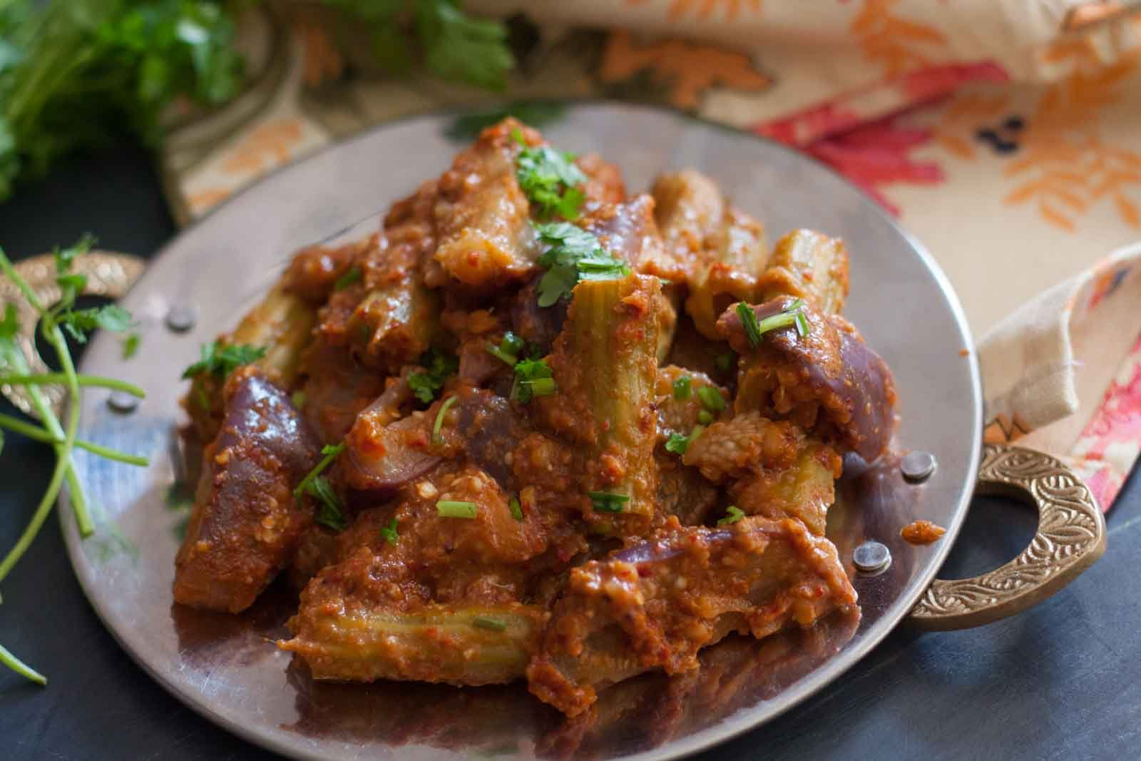 Konkani Style Vengaya Sagle Recipe - Eggplant Drumstick Curry