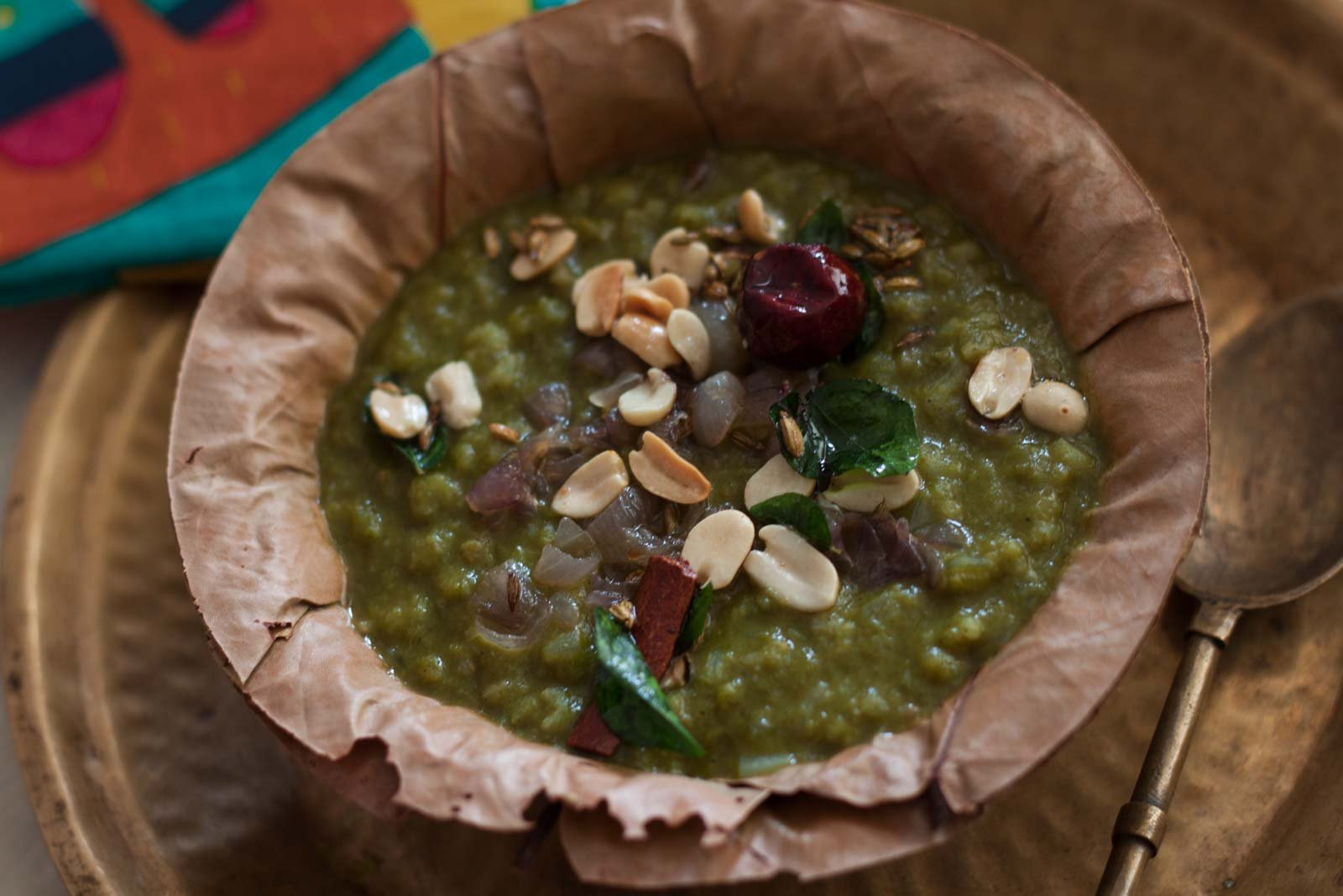 पालक खिचड़ी रेसिपी - Palak Khichdi With Brown Rice And Toasted Peanuts (Recipe In Hindi)