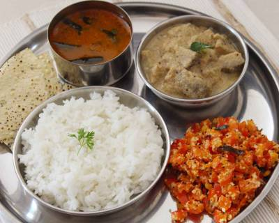 South Indian Meal Plate : Vazhakkai Milagu Kootu, Mysore Rasam, Red Capsicum Poriyal & Steamed Rice