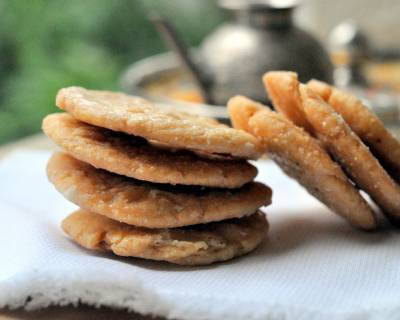 Mithi Mathri Recipe (Crispy Fried Sweet Fritters)
