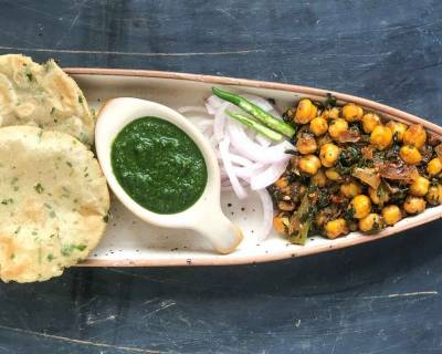 Make The Hare Pyaz Ki Puri Along With Methi Chana For A Weekend Breakfast!